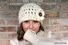 Crochet Beanie Design Make this Chunky Flower Button Hat with my FREE crochet Pattern and stay Cozy Warm This Winter. Free Crochet Beanie from Rescued Paw Designs. Sombrero A Crochet, Crochet Beanie, Knit Or Crochet, Crochet Scarves, Crochet Crafts, Easy Crochet, Crochet Baby, Crochet Projects, Knitted Hats