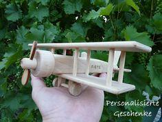 Flugzeug Doppeldecker Spielzeug aus Holz mit Gravur
