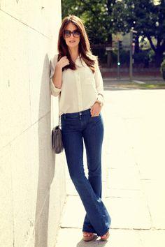 Look 70's: denim + white blouse + wedges