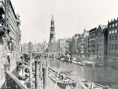 Der Nikolaifleet mit der Reimersbrücke und dem Turm der Hauptkirche Sankt Katharinen im Hintergrund. (2200×1659)