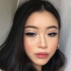 Eyeliner, soft lips, natural brows, flushed cheeks, pale skin and black hair. Eye Makeup Art, Cute Makeup, Pretty Makeup, Skin Makeup, Freckles Makeup, 60s Makeup, Eye Makeup Designs, Creative Eye Makeup, Awesome Makeup