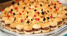 Mini hambúrguers com tema de Alice no país das maravilhas