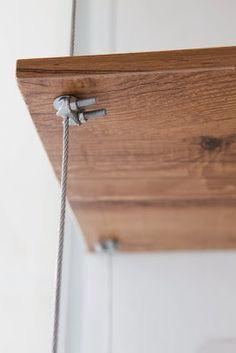 BUJI: Estante feita com prateleiras de MDF e cabo de aço traz mais funcionalidade e leveza ao cantinho da sala de banho
