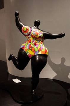 LAND ART: Niki de St Phalle - Nana                                                                                                                                                      Plus