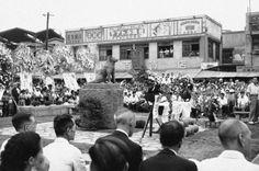 1948年8月15日、渋谷駅前であった「ハチ公」の2代目銅像の除幕式。 (AP Photo/Charles Gorry)