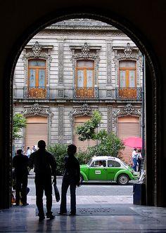 #México cuenta su historia en los muros de sus edificaciones, en cada calle, en cada vereda. #DistritoFederal, una de las metrópolis más asombrosas del mundo.