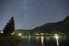 Sternspuren über Davosersee / Sterne / Der Himmel / Galerie | Nies.ch Spur, River, Beach, Outdoor, Pictures, Lights, Heavens, Stars, Outdoors