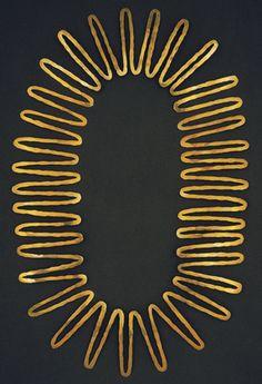Alexander Calder, c. Hammered brass Calder Foundation, New York necklace Modern Jewelry, Jewelry Art, Antique Jewelry, Vintage Jewelry, Jewelry Necklaces, Jewelry Design, Brass Necklace, Alexander Calder, Objets Antiques