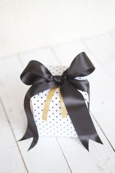 How to Tie a Perfect Bow! #glitter #gifts #christmas