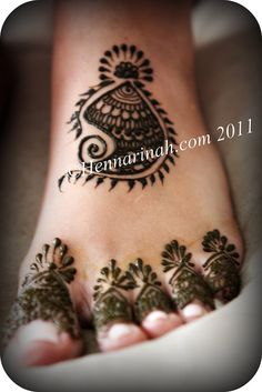QuickDo Henna: Pretty Paisley in the middle, and filled up toes, super quick!  #henna #tattoo #mehndi