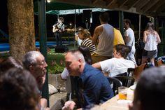 Noches con amigos en #VernedacampingMountainResort #valdaran #campingfamiliar #campingwithkids #mountainlife #livemusic #esnetsdethverneda #vidaverneda
