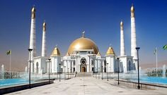 Ashgabat en Turkmenistán, es una de las ciudades con mayor número de edificios recubiertos de mármol blanco.  Sedes gubernamentales, mezquitas y otras construcciones lucen este material tanto en el exterior como en el interior.   ¡No dejes de viajar!