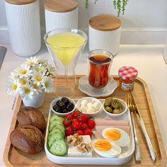 Breakfast Presentation, Food Presentation, Breakfast Platter, Breakfast Snacks, Food Decoration, Food Places, Food Goals, Cafe Food, Healthy Eating Recipes