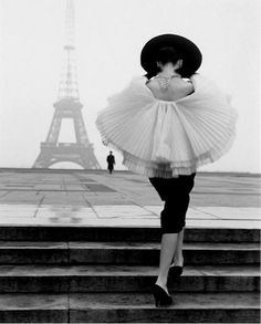 things i love: dreaming of paris Vintage Vogue - Audrey et la tour eiffel Vogue Vintage, Vintage Fashion 1950s, Vintage Dior, Vintage Ballet, Vintage Models, Edwardian Fashion, Dress Vintage, Vintage Beauty, Vintage Ladies