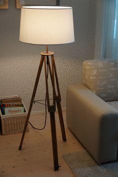 """Tuunattiin vanhansa kameranjalustasta jalkalamppu. Messingistä taitettiin """"lukot"""", että jalusta pysyy auki, kupariputkea lampun yläosaan, kangaspäälysteistä johtoa & pistoke verkkokaupasta ja varjostin Pentikiltä."""