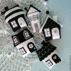 Felt Crafts little houses. Cute tooth fairy pillows or sewing activity. - Felt Crafts little houses. Cute tooth fairy pillows or sewing activity. Felt Crafts Diy, Felt Diy, Fabric Crafts, Sewing Crafts, Crafts For Kids, Felt Christmas Ornaments, Christmas Crafts, Christmas Houses, Christmas Christmas