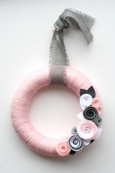 Beautiful Wreath - Pale pink yarn wreath with gray and white felt flowers. Felt Flower Wreaths, Felt Wreath, Wreath Crafts, Diy Wreath, Felt Flowers, Yarn Wreaths, Straw Wreath, Ribbon Wreaths, Felt Roses