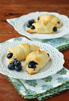 These Blueberry Cheesecake Rolls are the 5 ingredient dessert of your dreams! Tasty, easy and just 133 calories or 5 Weight Watchers SmartPoints each.