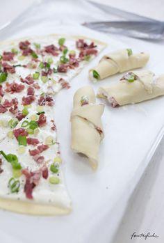 Schnelles Fingerfood fürs Buffet: Hörnchen á la Flammkuchen . Zubereitung #happymottoparty #Silvester #fingerfood
