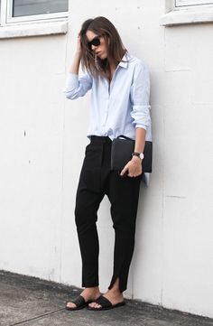 Foto de street style com maxi camisa, calça jogging preta e chinelos pretos
