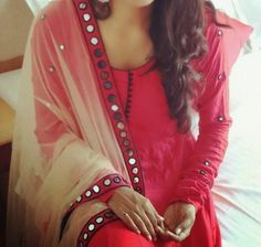 the mirror lace border on dupatta adds to the beauty of a simple dress Dress Indian Style, Indian Dresses, Indian Outfits, Kurtha Designs, Blouse Designs, Mirror Work Kurti, Designer Salwar Suits, Designer Sarees, Churidar Designs