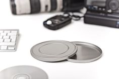 Als handliche runde Weißblechdose bietet die Filmdose Small Platz für eine CD oder DVD und glänzt mit ihrer stilvollen Erscheinung und der klassischen Filmdosen Prägung auf dem Stülpdeckel.