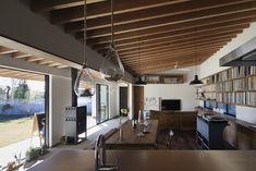 根來宏典建築研究所が手掛けた土間の広がる家 | homify Conference Room, Villa, Living Room, Architecture, Interior, Outdoor Decor, Table, Furniture, Home Decor
