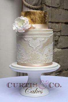 Esta semana hemos hablado mucho de la tendencia actual y para el año que viene de los metales, oro, plata, oro rosa, etc, aquí algunos pasteles de boda que incorporan oro y plata comestible. Comen…