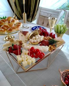 Brunch Decor, Party Food Platters, Charcuterie And Cheese Board, Easy Party Food, Food Garnishes, Breakfast Lunch Dinner, Food Decoration, Food Crafts, Aesthetic Food
