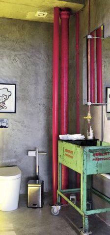 Neste lavabo, a descontração fica por conta da pia, nada convencional, em verde, e dos tubos aparentes, pintados em rosa. Outro tubo dá forma à torneira.