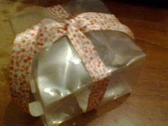 Cajas para regalos de diferentes tamaños con botellas pet. En la web el paso a paso de como hacerla