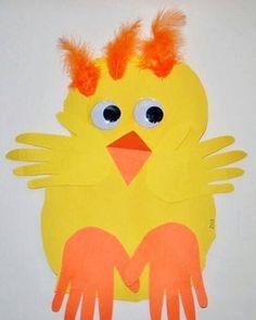 """293 gilla-markeringar, 4 kommentarer - Johanna & Samira (@pysslamedkidsen) på Instagram: """"Snart är det påsk! Se vad gullig kyckling med  barnens handavtryck som ben och vingar.  Bild:…"""""""