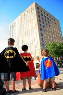 DIY Superhero Costume : DIY Cape   Christie at StorehouseCrafts :DIY Halloween DIY Costumes