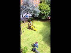 Mi hermano y mi sobrino en un vuelo de prueba del dron,... y yo grabando desde el balcón ;) www.robledoarte.com