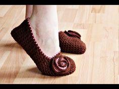 My abuela use to crochet me slippers. I like these Crochet slippers Crochet Diy, Crochet Simple, Crochet Slippers, Love Crochet, Learn To Crochet, Crochet Crafts, Crochet Projects, Ravelry Crochet, Tutorial Crochet