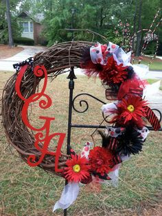 Georgia Bulldogs UGA Wreath - I'm goin gto have to make this before the fall gets here. It's going to look great in my yard. Georgia Bulldogs, Georgia Bulldog Wreath, Football Crafts, Football Wreath, Georgia Girls, 4th Of July Wreath, Christmas Wreaths, Arts And Crafts, Diy