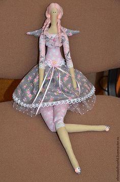 Купить или заказать Тильда,,Ангел Лиза,, в интернет-магазине на Ярмарке Мастеров. Ангел Лиза-куколка в стиле,,шебби шик,,Сшита из хлопка розово-серых тонов в розочках,наполнитель холофайдер.В украшении куклы были использованы атласные ленты и розочки,хлопковое кружево,французское кружево.Нижняя юбка из фатина.Причёска и локоны из шерсти для валяния нежно-розового цвета.Кукла получилась нежная,воздушная.Станет замечательным подарком для милой де…