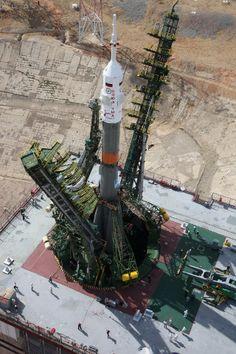 油井飛行士ら搭乗のソユーズFGロケット、大地に立つ 7月23日打ち上げ