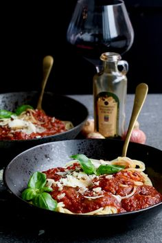 The most delicious roasted red pasta sauce! - Beaufood - The most delicious roasted red pasta sauce. Discover the recipe at Beaufood. Dutch Recipes, Clean Recipes, Italian Recipes, Healthy Recipes, Healthy Food, Healthy Diners, Red Pasta, Vegan Scones, Feel Good Food