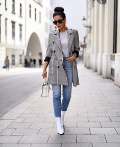 Spring fashion: 17 street style outfit ideas to rock this season (part . Casual Work Outfits, Work Casual, Womens Fashion Online, Latest Fashion For Women, Trendy Swimwear, Fashion Designer, Casual Street Style, Look Cool, Jeans Style