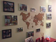 Cole o Mural de Cortiça Mapa-múndi com divisórias dos países na parede e coloque suas fotos preferidas em volta!
