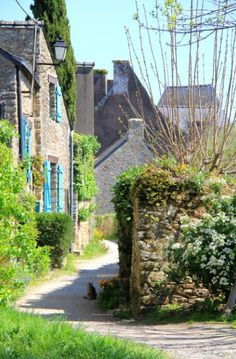An alley of La Roche-Bernard on Morbihan (France). Have a good day !