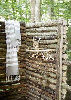 Je kale muur een upgrade geven? Dat kan perfect met deze wandplank van het merk Madam Stoltz! Deze wandplank is gemaakt van bamboe, waardoor hij zal zorgen voor echte natural vibes in jouw interieur. Combineer de wandplank met wat mooie woonaccessoires et voila! Bamboo Shelf, Bamboo Canes, Cane Handles, Moving Furniture, Bella Rose, Drinking Glass, Stores, Soft Furnishings, Scandinavian Design