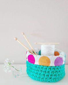 Hace tiempo mi madre me enseñó que crochetear era la mejor terapia antiestrés,  y es cierto,  y si además haces feliz a alguien doblemente mejor.  Que haya vuelto a recuperar el trapillo después de unos años se lo debo a @diybypaula y a @living_crochet que son unas artistazas que además han despertado mi imaginación  #yourvera #crochet #diy #trapillo #hoyhaceunfríodelcarajo #acozywinter #livingcrochet