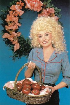 Dolly Parton - Feast your eyes on these apples Country Music Stars, Country Music Singers, Country Artists, Dolly Parton Pics, Divas Pop, Gussied Up, Female Stars, Vintage Country, Retro Vintage