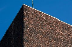 Oslo Rådhus, Oslo tegnet av Arnstein-Arneberg og Magnus Poulsson Se bygget og opplev flere bygg Rammed Earth, Town Hall, Oslo, Skyscraper, Concrete, Brick, Multi Story Building, Louvre, Architecture