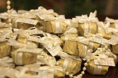 Mesa de Pães de mel da Abelha Rainha - Atelier de Delícias abrainha.wordpress.com facebook.com/abelharainhadelicias Encomendas: 31 8898-4998 (Oi - wpp)