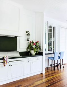 Classic Queenslander Updated for Family Living See how a large scale renovation doubled the size of this stately Queenslander without changing the heritage facade and classic features. Queenslander House, Homestead House, Modern Country Style, Eclectic Modern, Outdoor Kitchen Design, Outdoor Rooms, Outdoor Areas, Outdoor Living, Australian Homes