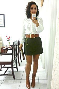 Saia de alfaitaria verde militar e blusa de seda off White.