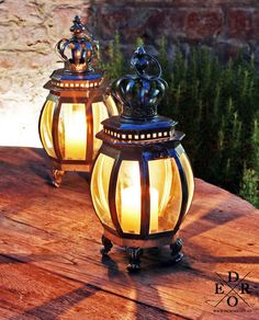 """Laterne und Windlicht """"the Crown"""" Edle & Dekorative Laterne aus Metall & Gewölbten Glas. Home And Living, Table Lamp, Lighting, Home Decor, Decorative Lanterns, Old Doors, Glass, Homemade Home Decor, Table Lamps"""